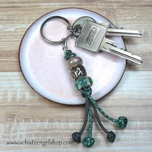 Schlüsselanhänger aus Paracord in grau und hellgrün mit 3 tollen Perlen