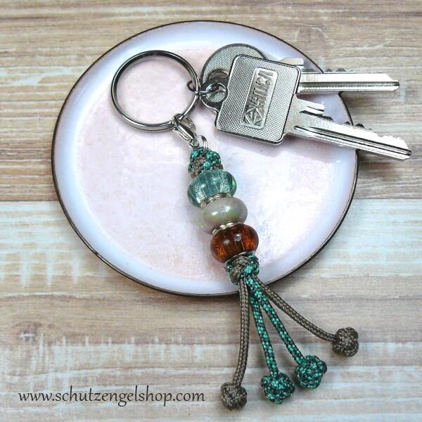 Schlüsselanhänger aus Paracord in schlamm und hellgrün mit 3 verschiedenen Perlen