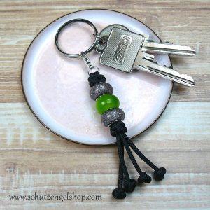 Schlüsselanhänger aus Paracord und Perlen in grau und grasgrün