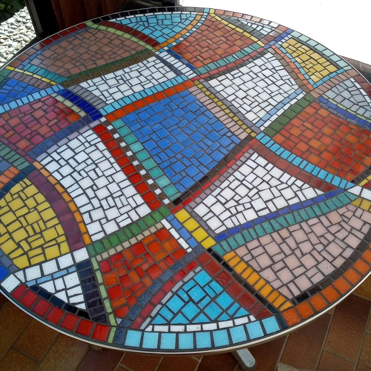Tisch mit Mosaik